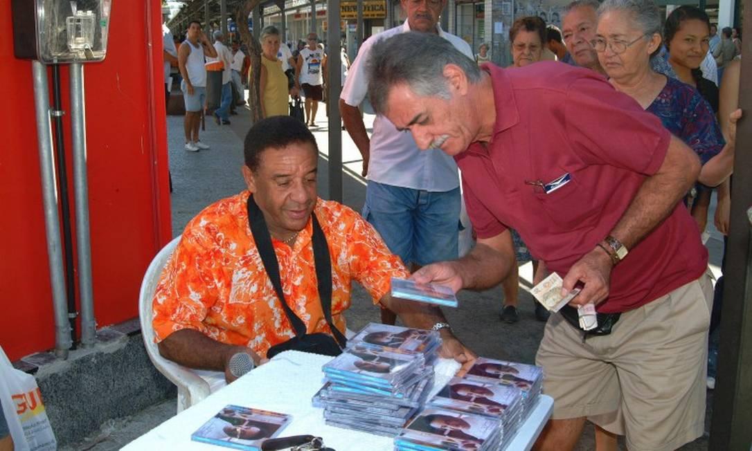 O lado marqueteiro do cantor: na época das vacas magras, Agnaldo Timóteo foi para as ruas vender CDs em barraquinhas. Na foto, no calçadão de Bangu Foto: Nelson Veiga / Agência O Globo