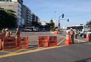 Agentes da CET-Rio interditam acesso à Avenida Niemeyer Foto: Marcelo Theobald / Agência O Globo