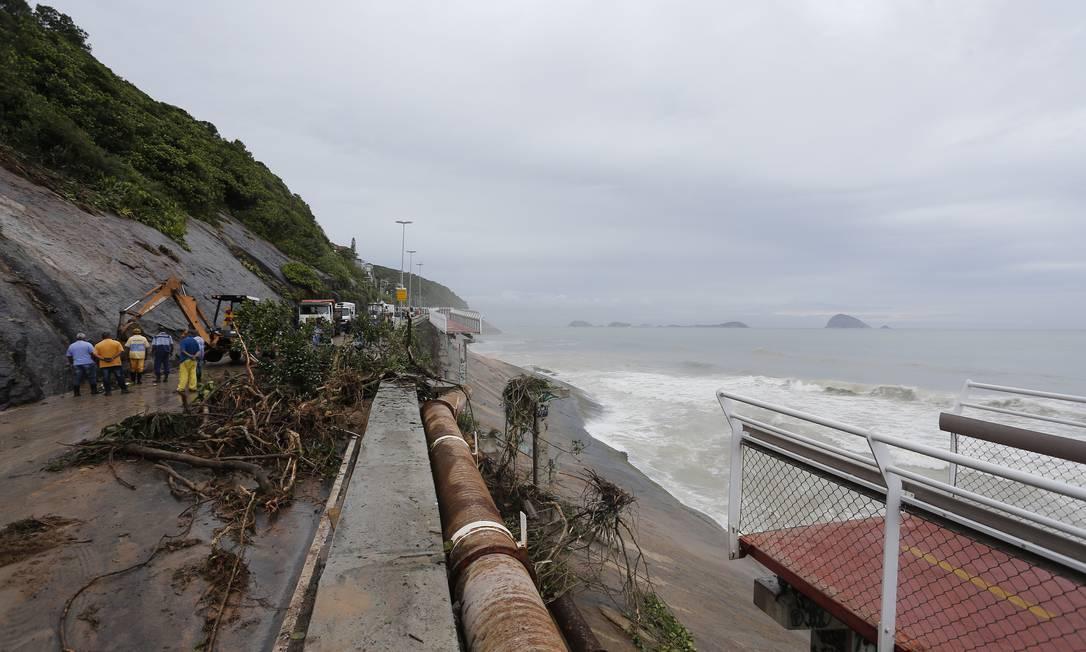 Trecho da ciclovia Tim Maia caiu durante temporal em fevereiro. A ciclovia foi atingida pelo deslizamento e interditando a Avenida Niemeyer Foto: Pablo Jacob / Pablo Jacob