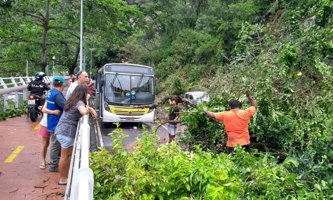 Terra e árvores que desceram a encosta interromperam o trânsito - 07/02/2019 Foto: Pablo Jacob / Agência O Globo