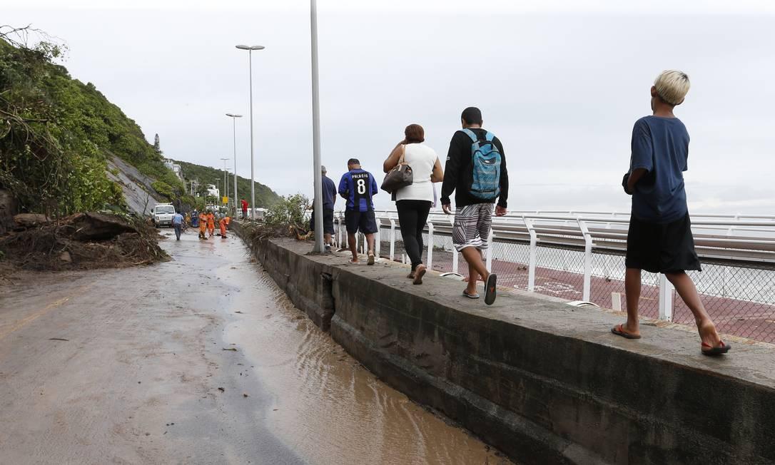 Moradores caminham sobre a mureta da avenida Niemeyer para chegar em casa - 07/02/2019 Foto: Marcelo Carnaval / Agência O Globo
