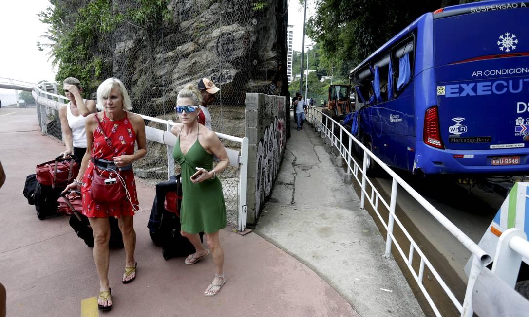 Turistas deixam o hotel Sheraton caminhando pela ciclovia - 07/02/2019 Foto: Marcelo Theobald / Agência O Globo