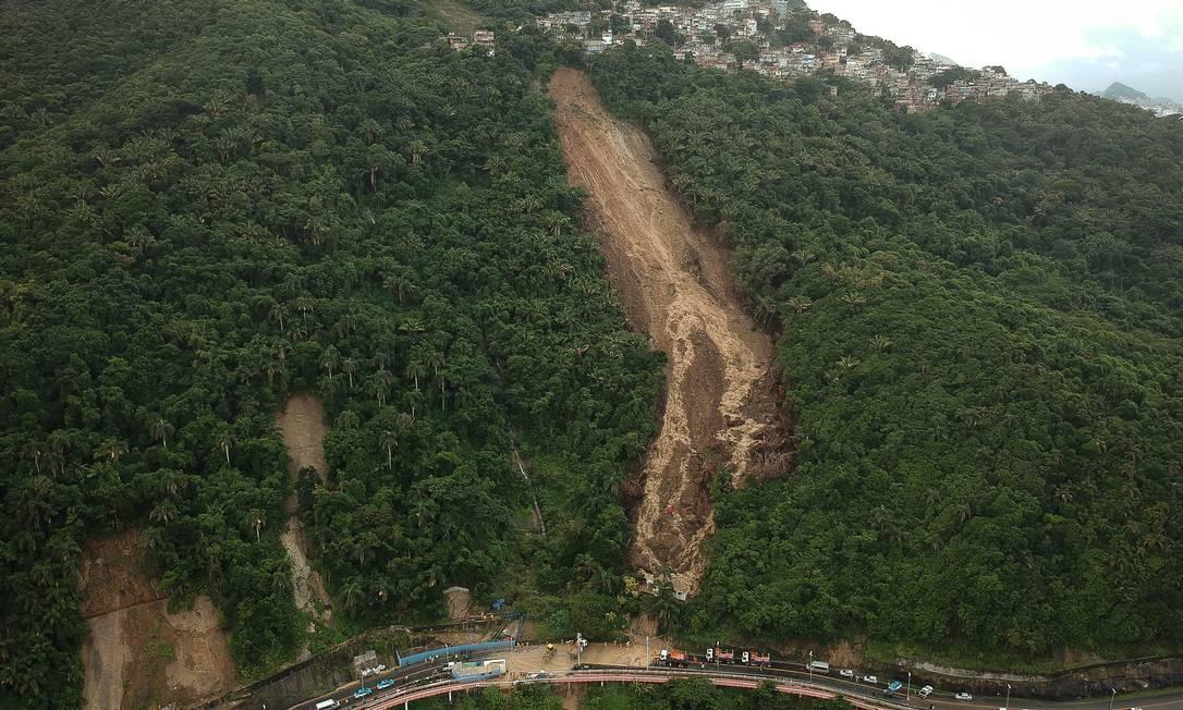 Deslizamentos em série deixaram clarão na mata do Morro do Vidigal Foto: Pablo Jacob / Agência O Globo