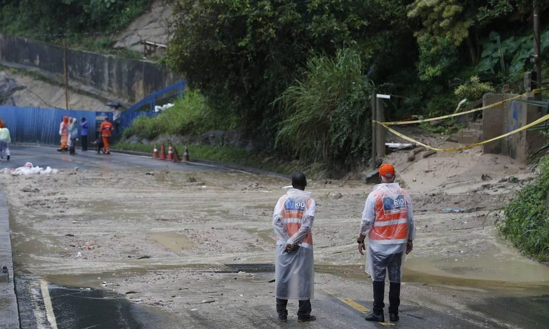 Equipes da prefeitura analisam o estrago causado pelo deslizamento de terra na Av. Niemeyer - 17/05/2019 Foto: Pablo Jacob / Pablo Jacob
