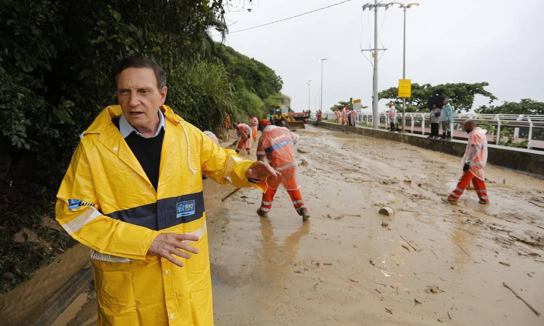 Na semana passada a Avenida Niemeyer foi fechada após um deslizamento de terra. Na foto o prefeito do Rio Marcelo Crivella Foto: Pablo Jacob / Pablo Jacob