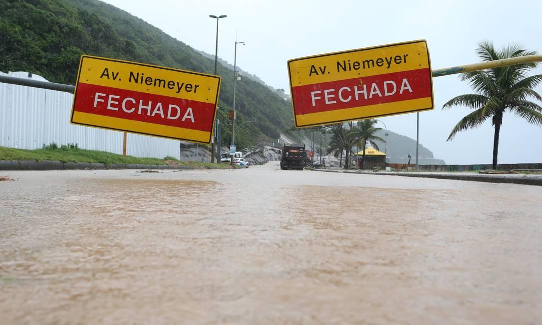 Por causa do deslizamento de terra e queda de mais uma parte da ciclovia devido à chuva de abril a Niemeyer teve que ser interditada Foto: Pedro Teixeira / Agência O Globo