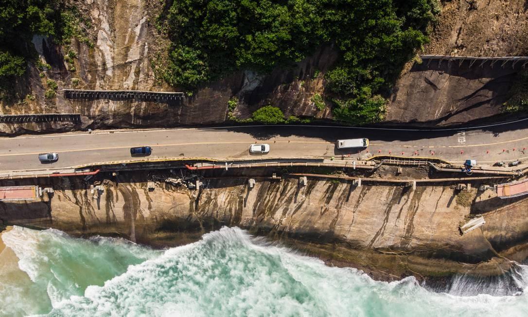Vista aérea da encosta e ciclovia caída Foto: Brenno Carvalho / Agência O Globo