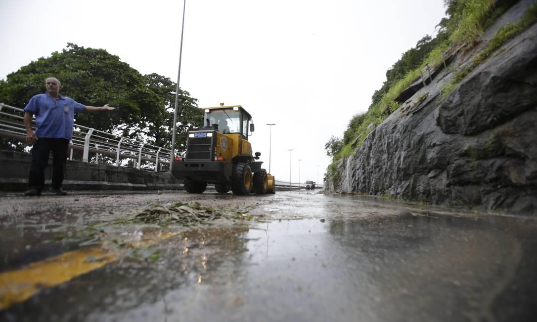 Máquinas da prefeitura fazem a desobstrução da pista da Av. Niemeyer Foto: Antonio Scorza / Agência O Globo