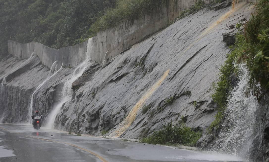 Chuvas intensas e constantes ccaíram sobre a cidade na semana passada resultaram em novo deslizamento na Niemeyer interditando a via Foto: Pablo Jacob / Pablo Jacob