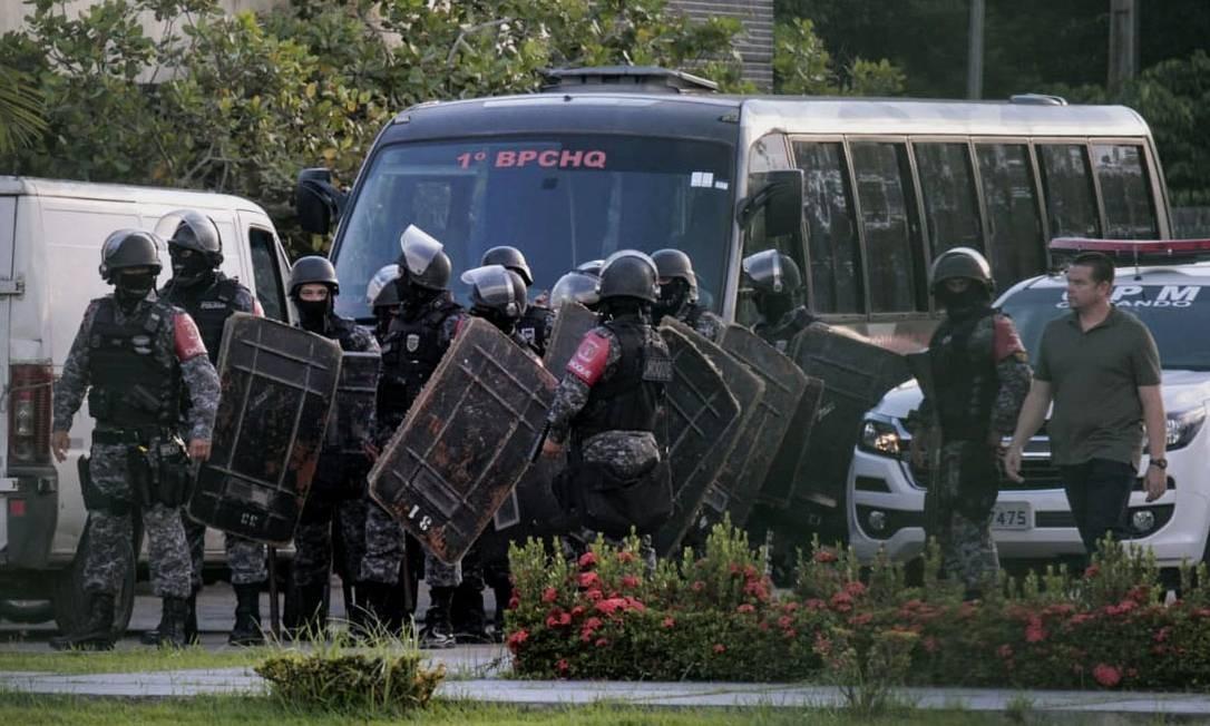 Policiais do Choque se preparam para invadir presídio em Puraquequara, Manaus, onde houve rebelião Foto: SANDRO PEREIRA / AFP