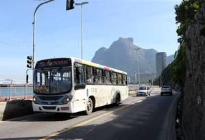 Treze linhas de ônibus e uma van farão trajeto alternativo pela Lagoa-Barra, enquanto Avenida Niemeyer estiver fechada Foto: Guilherme Pinto / Agência O Globo