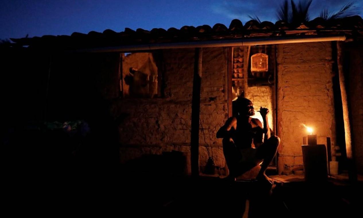 O pescador José da Cruz escova os dente do lado de fora de sua casa Foto: NACHO DOCE / REUTERS