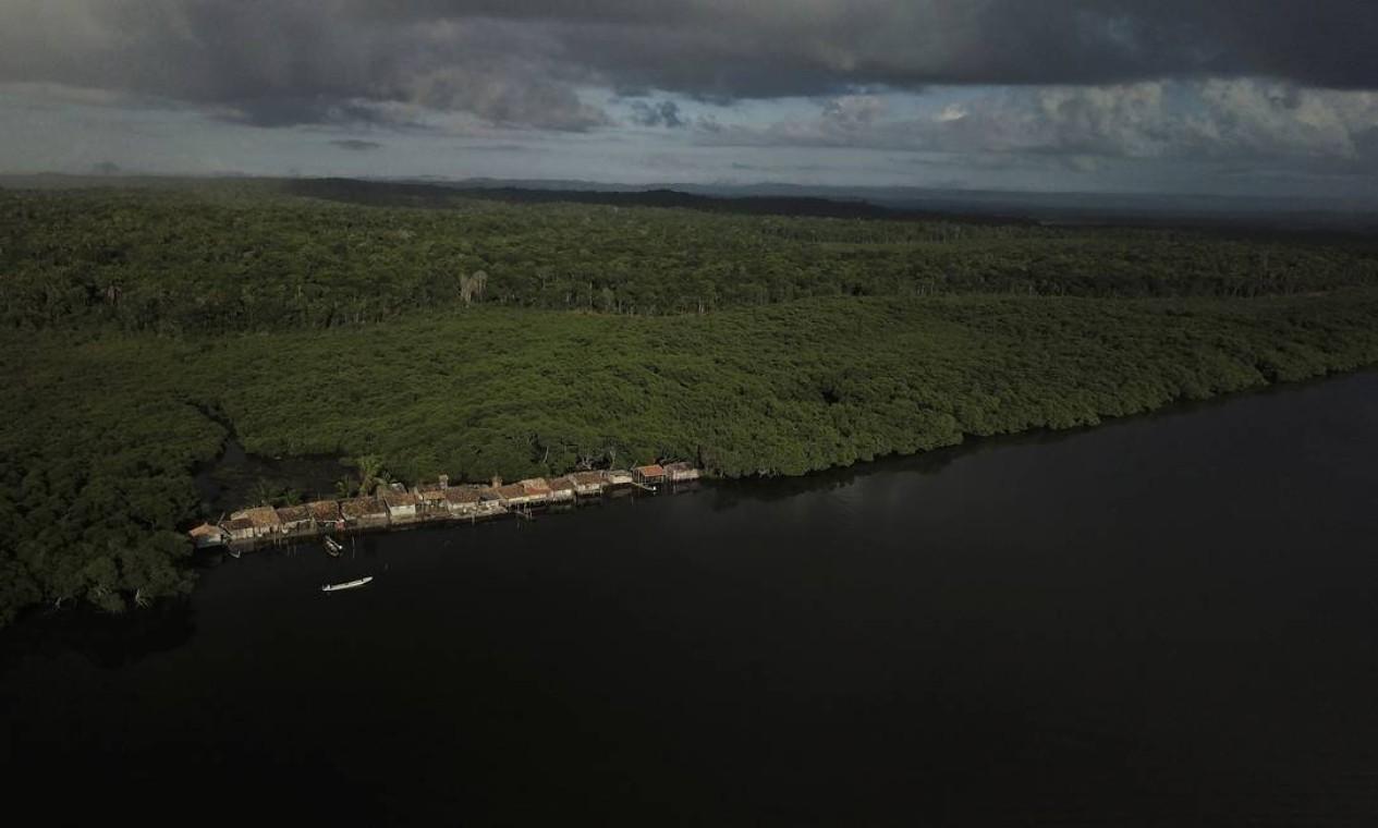 A comunidade conhecida como O Trem, às margens do rio Caratingui. A linha de água avançou, segundo Cruz, pelo menos três metros além de onde costumava estar. Segundo cientistas, o aumento dos níveis de água é um sinal do aquecimento global, que também faz com que a temperatura da água suba, matando a vida marinha Foto: NACHO DOCE / REUTERS