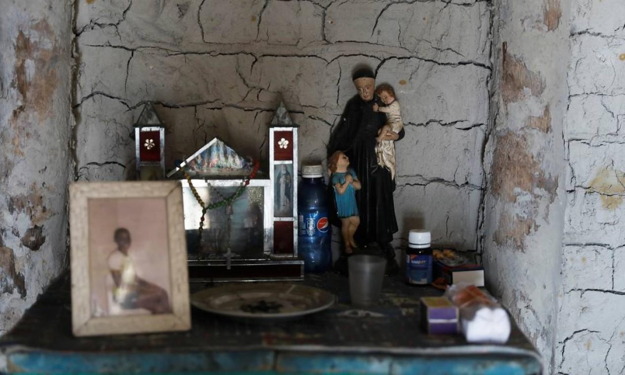 Um pequeno altar mantido na casa de Cruz Foto: NACHO DOCE / REUTERS