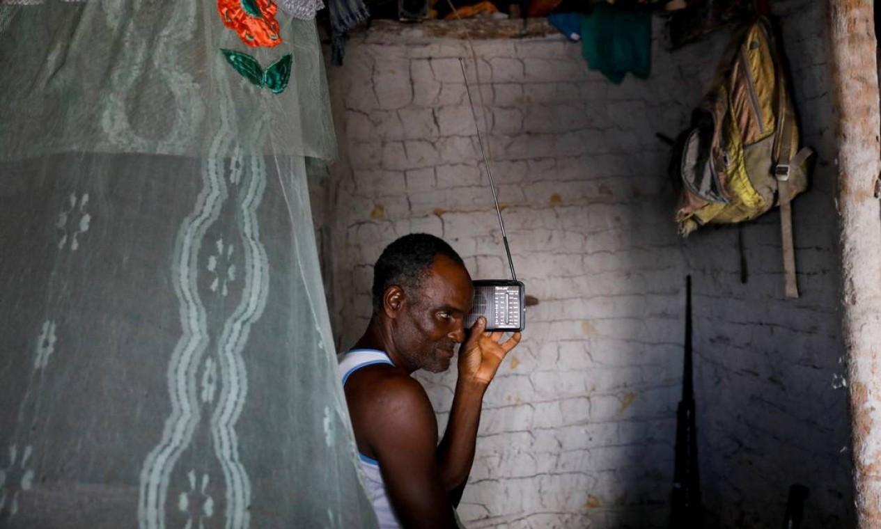 Rádio movido a bateria: principal conexão do pescador José da Cruz com o mundo exterior Foto: NACHO DOCE / REUTERS