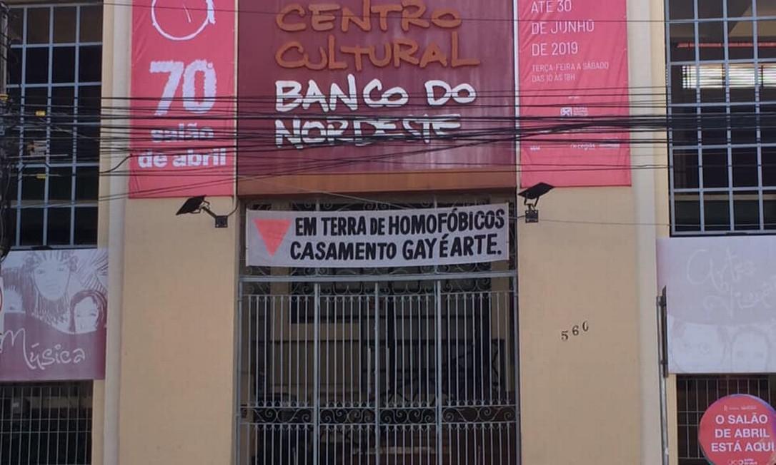 A faixa na fachada do Centro Cultural Banco do Nordeste, que foi retirada Foto: Reprodução / Facebook