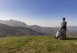 O escritor e peregrino admira a paisagem num ponto da Via Francigena, na Itália Foto: Antônio Jr / Divulgação