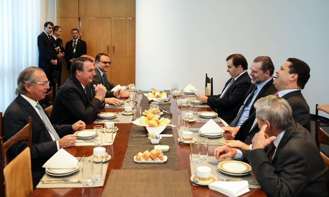 Representantes dos Poderes Legislativo e Judiciário no café da manhã nesta terça-feira com presidente Jair Bolsonaro Foto: Marcos Côrrea / Presidência da República