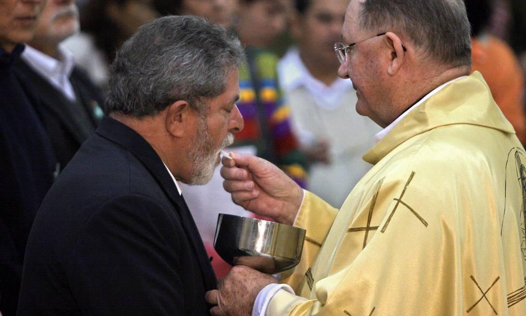 Lula recebe a comunhão durante uma missa internacional do Dia do Trabalho, realizada na igreja Matriz, em São Bernardo do Campo, maio de 2005 Foto: Mauricio Lima / AFP PHOTO