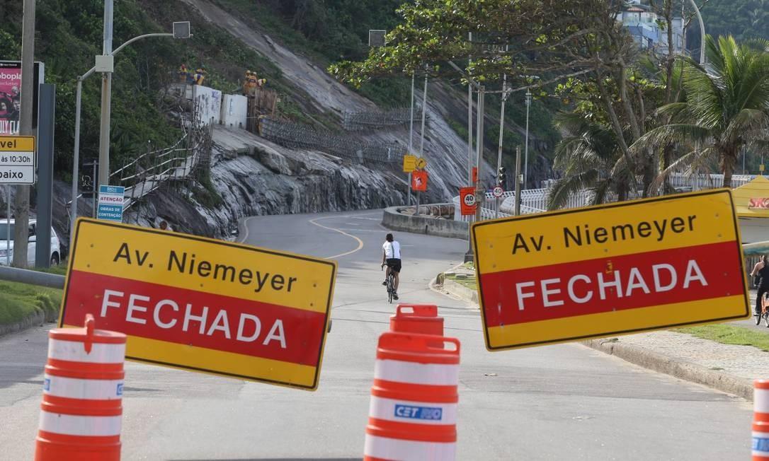 Avenida Niemeyer continua interditada por risco de deslizamentos Foto: Fabiano Rocha / Agência O Globo
