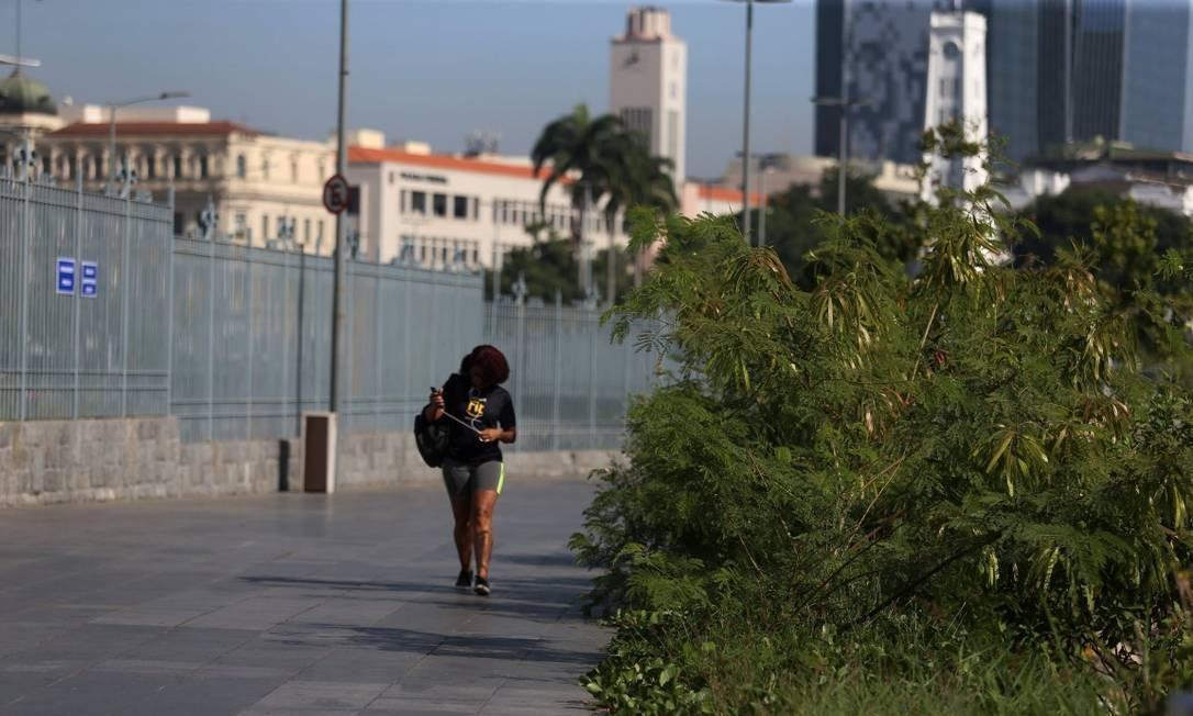 Pedestres que circulam pela região reclamam de abandono Foto: FABIANO ROCHA / Agência O Globo