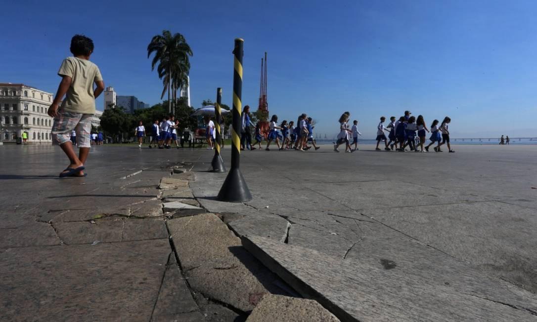 Na foto, buracos em frente ao Museu do amanha Foto: FABIANO ROCHA / Agência O Globo
