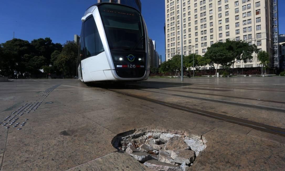 Orla Conde, que liga a Praça XV à Praça Mauá, está abandonada. Na foto, buraco próximo aos trilho do VLT Foto: FABIANO ROCHA / Agência O Globo