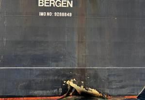 Buraco no casco do navio petroleiro Andrea Victory, uma das quatro embarcações danificadas pelo ataque no porto de Fujairah, Emirados Árabes Unidos Foto: Emirati National Media Council / AFP