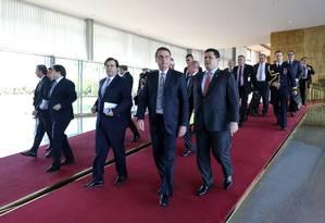 Chefe do Executivo, Jair Bolsonaro caminha ao lado dos presidentes da Câmara, Rodrigo Maia, e do Senado, Davi Alcolumbre Foto: MARCOS CORREA 28-05-2019 / AFP