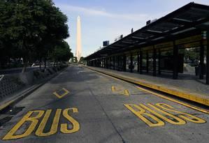 Parada de ônibus vazia na Avenida 9 de Julho, em Buenos Aires, durante greve geral contra presidente Maurício Macri Foto: JUAN MABROMATA / AFP