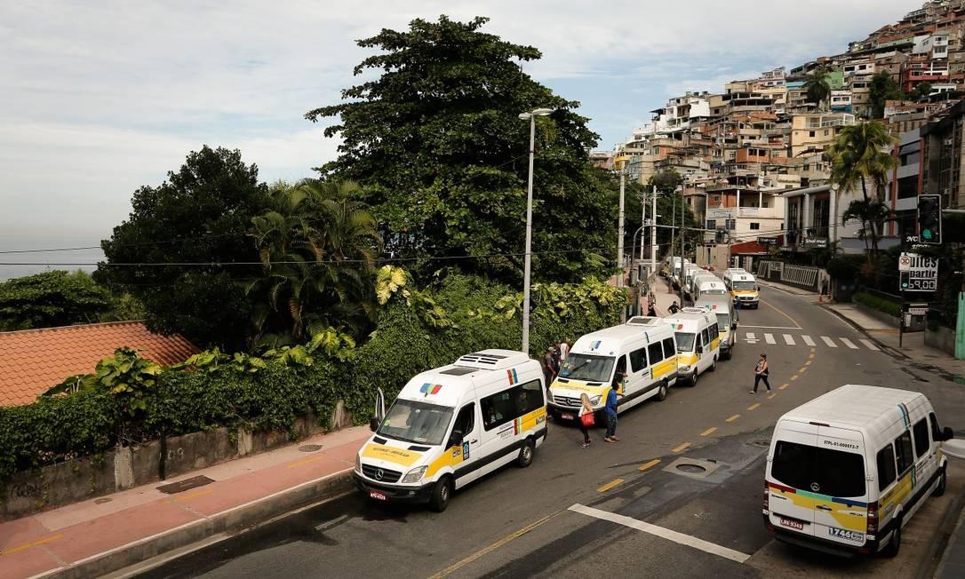 Avenida Niemeyer, em frente ao principal acesso ao Morro do Vidigal. Moradores estão se deslocando com a ajuda de donos de vans que têm permissão para atuar na região Foto: Pablo Jacob / Agência O Globo