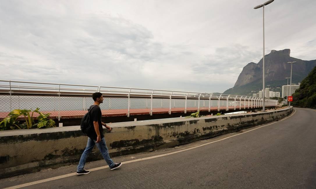 Moradores estão tendo que caminhar longos trechos pela avenida para tocar suas rotinas Foto: Pablo Jacob / Agência O Globo