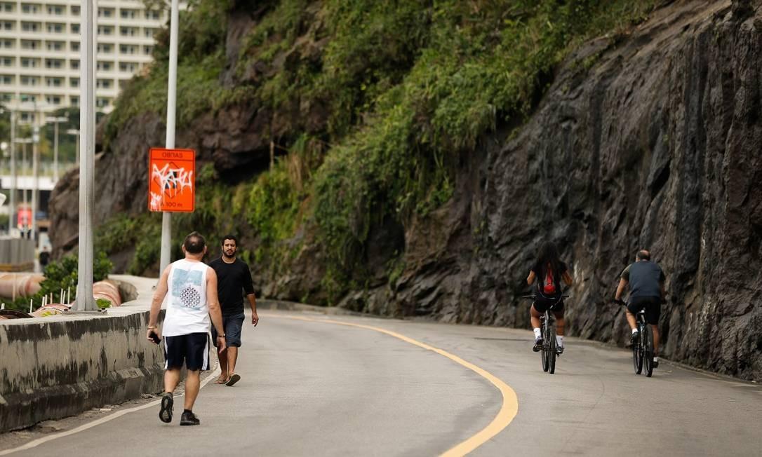 Apenas táxis, vans, mototáxis e ambulâncias estão autorizados a passar pela via Foto: Pablo Jacob / Agência O Globo