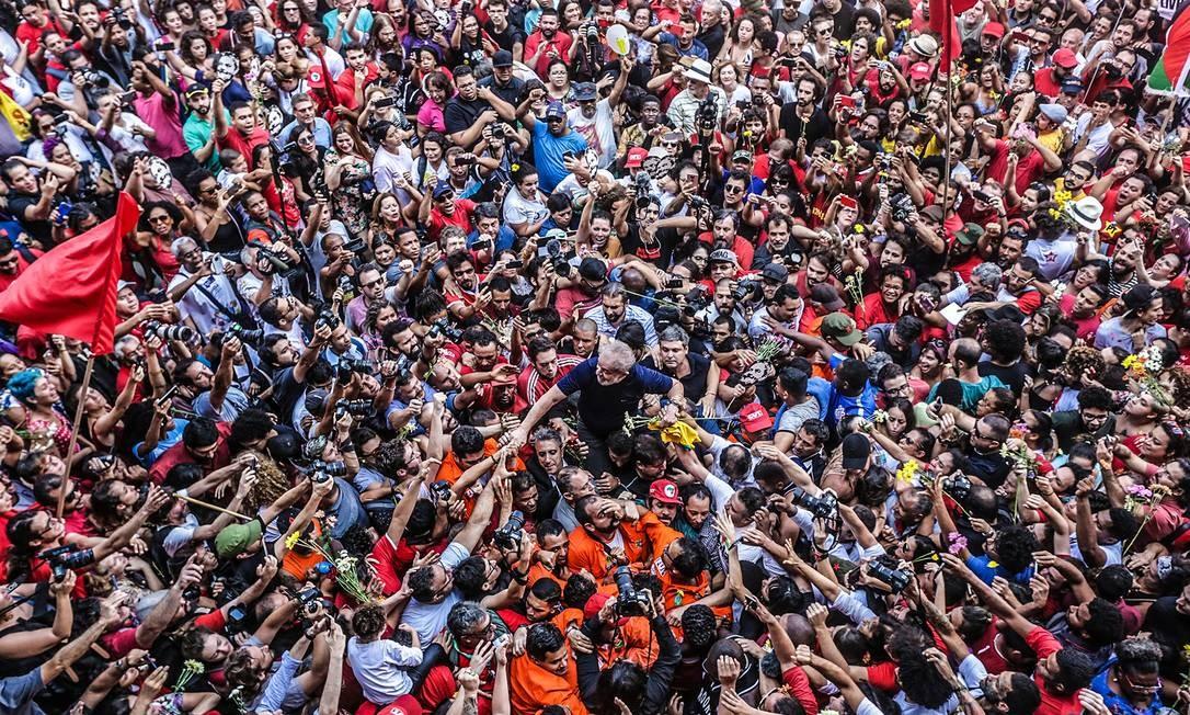 Em São Bernardo do Campo, Lula é carregado por apoiadores depois da missa no Sindicato dos Metalurgicos do ABC e antes de seguir para a Polícia Federal para se entregar Foto: Paulo Pinto / Fotos Públicas