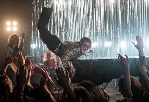 O ator Taron Egerton como Elton John no filme