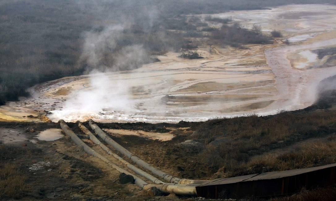 Canos em uma área de produção de terras raras jogam dejetos em uma barragem perto da vila de Xinguang, na região chinesa da Mongólia Interior. Foto: David Gray / Reuters