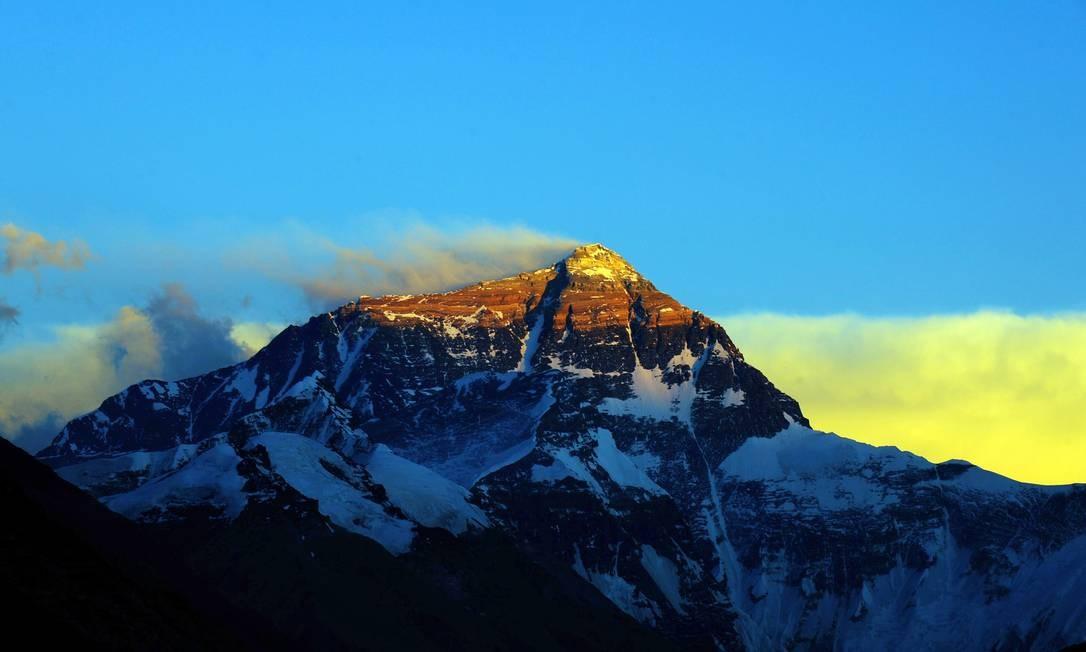 Localizado no Tibet, o monte Everest, ou Qomolanga em tibetano, é um local sagrado para as religiões locais. Há monastérios na base da montanha e a cordilheira é cenário de diversos mitos e lendas Foto: VCG / VCG via Getty Images