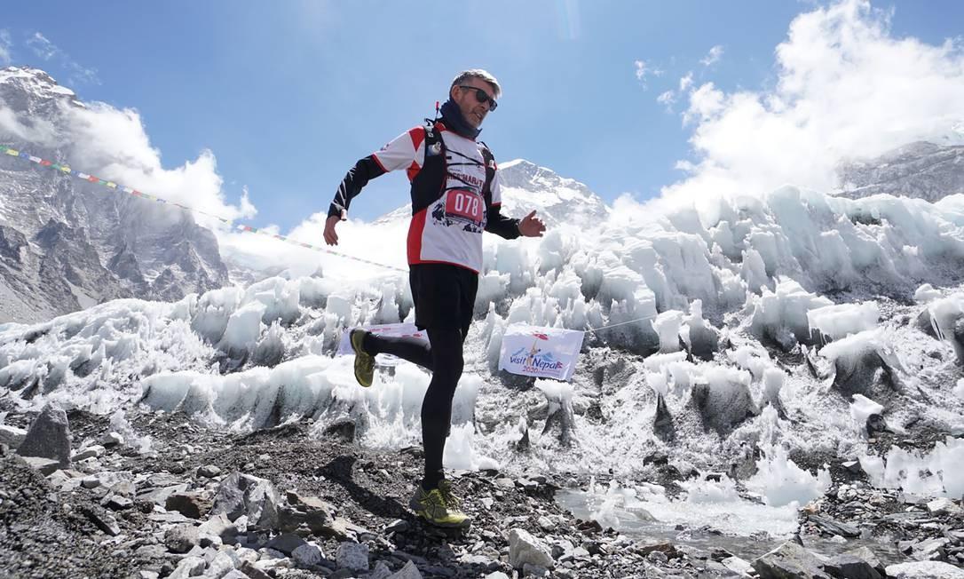 Um corredor compete na maior maratona do mundo, no sopé do Monte Everest, no distrito de Solukhumbu, no Nepal Foto: HANDOUT / AFP