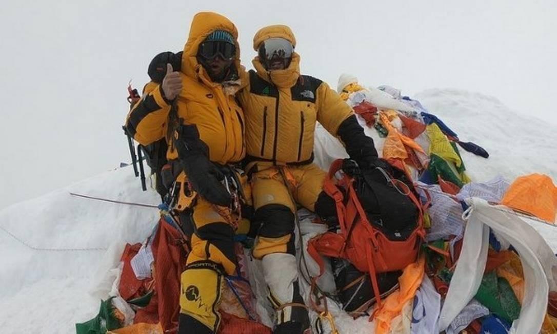 O alpinista brasileiro Moeses Fiamoncini no cume da cordilheira ao lado do chileno Juan Pablo Morh Foto: Reprodução / Instagram