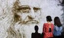 Visitantes contemplam o desenho 'Studio di uomo barbuto', na Fabbrica del Vapore, em Milão, numa exposição dedicada aos 500 anos de Leonardo da Vinci Foto: MIGUEL MEDINA / AFP