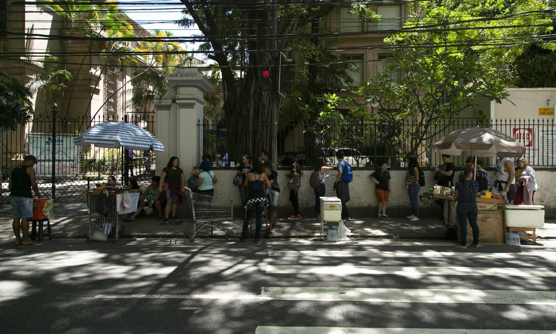 Estudantes chegam à unidade Maracanã da Universidade Veiga de Almeida para o Enem Foto: Leo Martins / Agência O Globo
