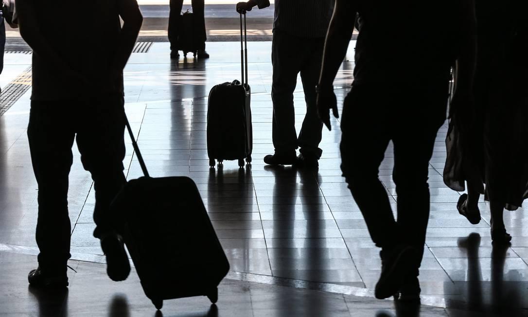 Passageiros carregam malas em corredor de aeroporto Foto: André Coelho / André Coelho/13-3-2017