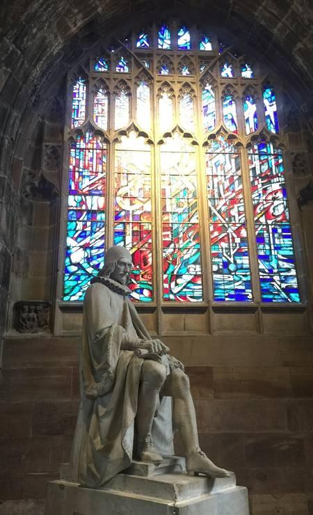 Esculturas e vitrais são os destaques do interior da Catedral de Manchester Foto: Marcelo Balbio / O Globo