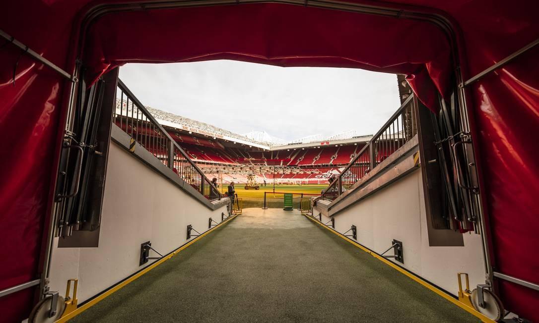 Entrada para o gramado do Old Trafford: visita ao estádio do Manchester United é um dos programas obrigatórios nessa cidade inglesa Foto: Visit Britain/Andrew Pickett / Divulgação