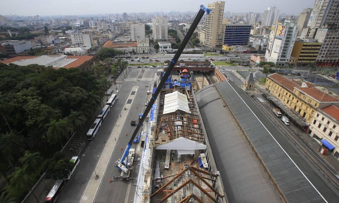 Reforma do Museu da Língua Portuguesa depois do incendio de 2015 . Detalhe do relógio na torre Foto: Edilson Dantas / Agência O Globo