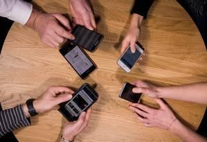 Em pesquisa, 45% dos pais reconhecem dependência dos smartphones Foto: LIONEL BONAVENTURE / AFP