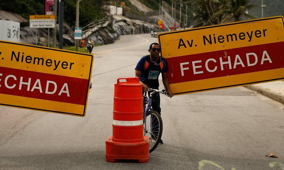 Ciclista passa por bloqueio na Avenida Niemeyer em 29/05/2019 Foto: Pablo Jacob / Agência O Globo