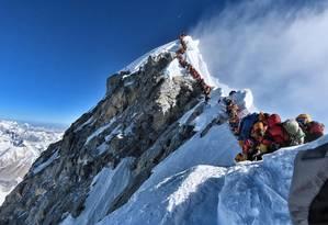 Foto do dia 22 de maio mostra filas no caminho para o cume do Everest, comuns nesta temporada. Foto: DIVULGAÇÃO/@nimsdai Projeto Possible / AFP