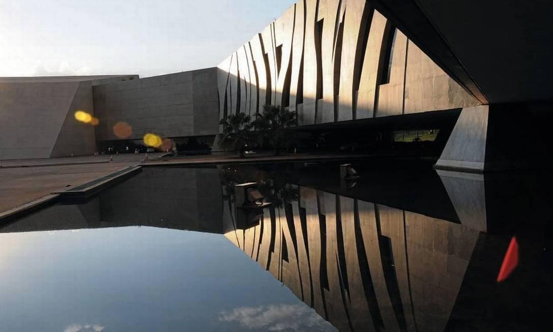 A fachada do Superior Tribunal de Justiça (STJ): o órgão renovou contrato por uma sala no aeroporto de Brasília de acesso exclusivo aos ministros do tribunal, e as despesas com o aluguel podem superar R$ 1,5 milhão até 2024 Foto: Divulgação