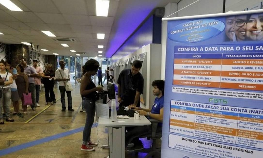 O saque de contas inativas do FGTS foi liberado em 2017 Foto: Domingos Peixoto - Agência O Globo